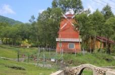 红房子风车风景图
